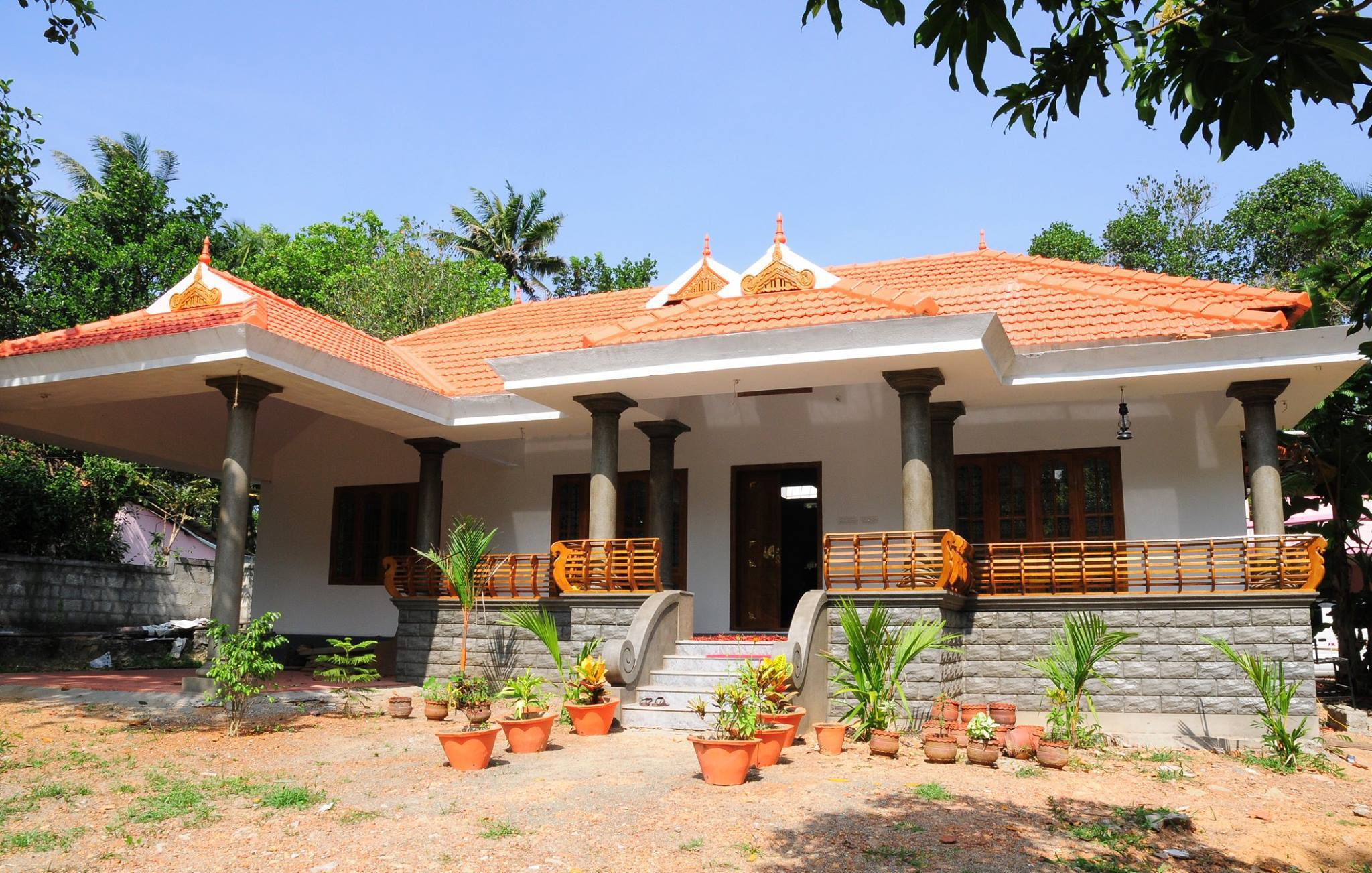 Kerala traditional home design with poomukham naalukettu for Kerala traditional home plans